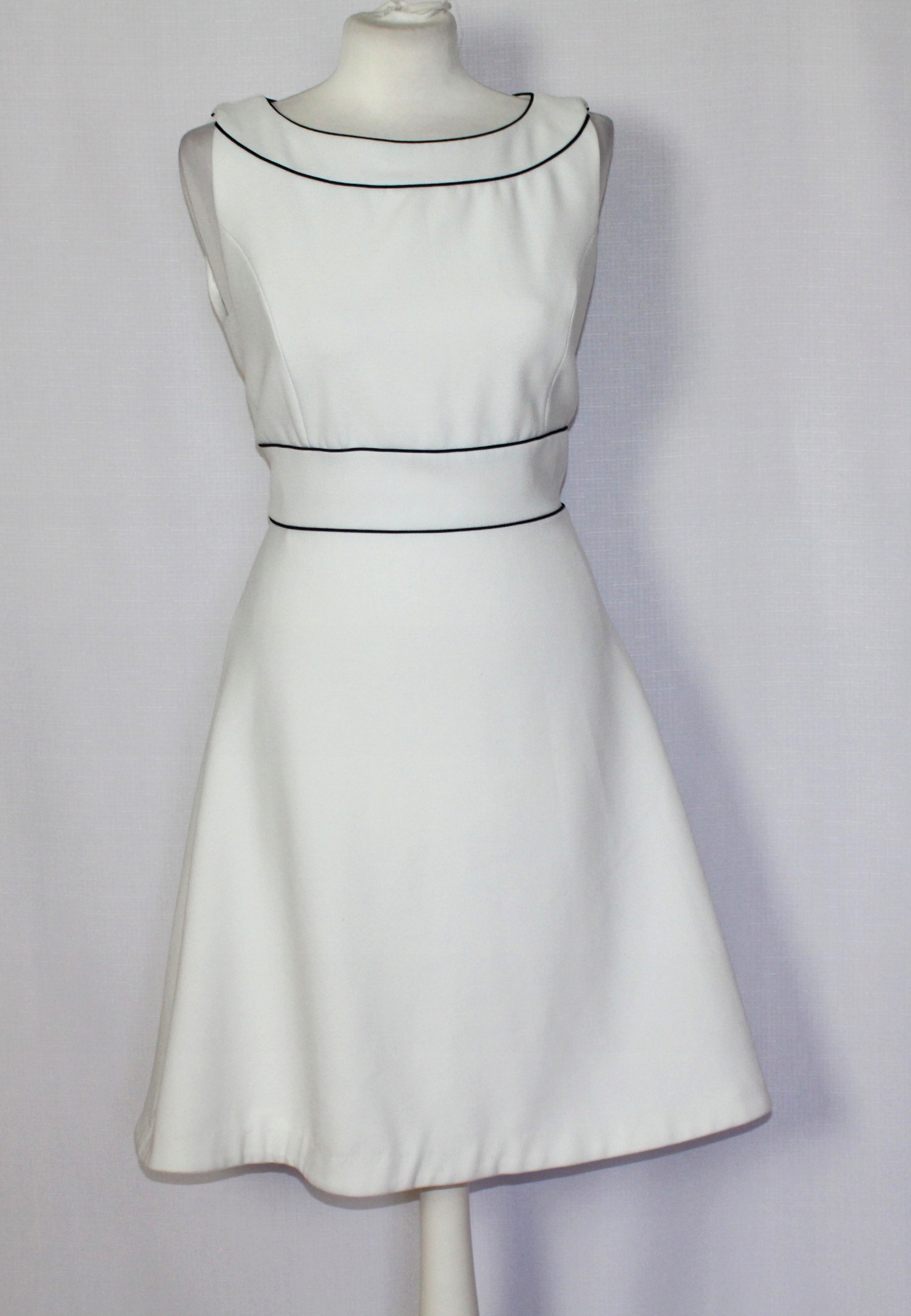 df0bfe7303 Biała rozkloszowana sukienka CAMAIEU 40 12 lamówka - 7673312506 ...