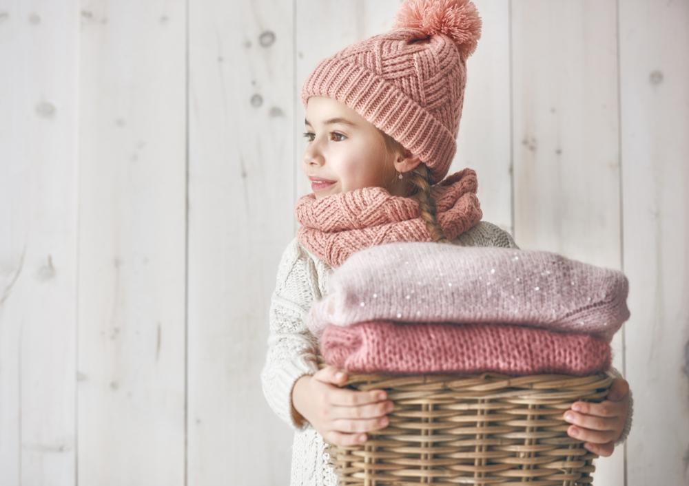 Futrzane sweterki i dodatki w świątecznej stylizacji