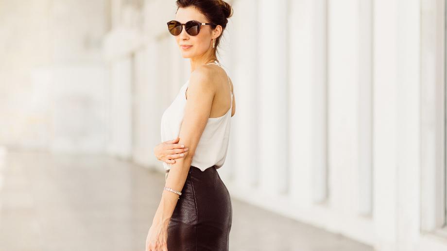 Elegancka czarna spódnica – dobierz ją do swojej sylwetki