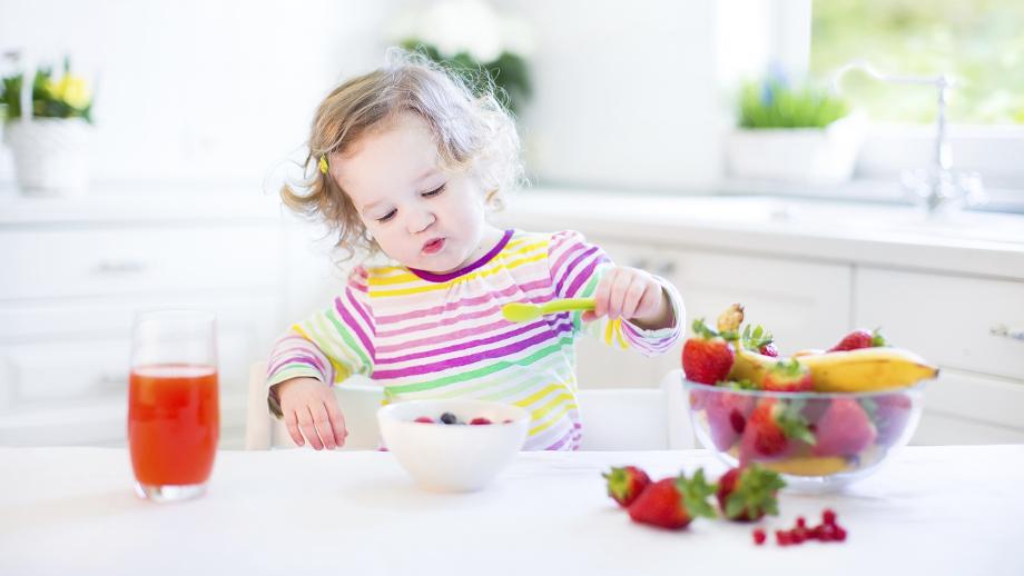 Uczymy malucha rozpoznawać owoce i warzywa – przydatne gadżety