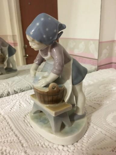 Figurka pioraca dziewczynka Kunstporzellan Turyngi