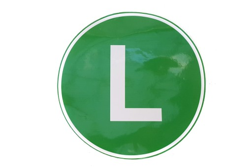 NAKLEJKA biała litera L EMISJA HAŁASU zielone tło